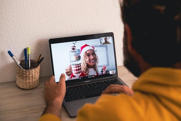 Wideorozmowa na laptopie z mężczyzną i kobietą świętującą
