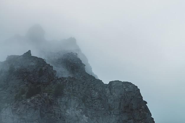 Widmowy widok atmosferyczny na duży klif na zachmurzonym niebie.