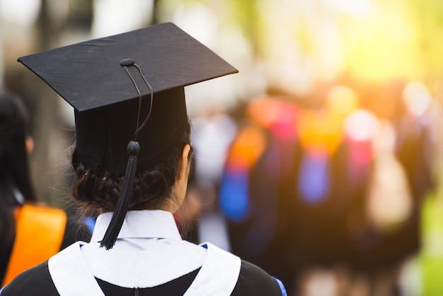 Widok absolwentów z tyłu podczas rozpoczęcia.