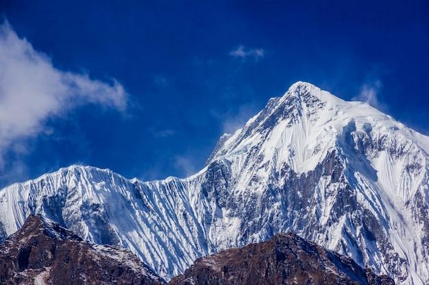 Widok annapurny osiem tysięcy z trekkingu wokół annapurny