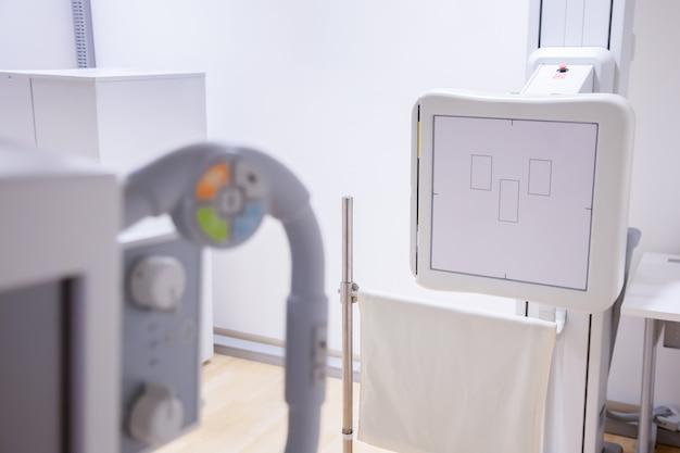 Widok aparatu rentgenowskiego klatki piersiowej w szpitalu