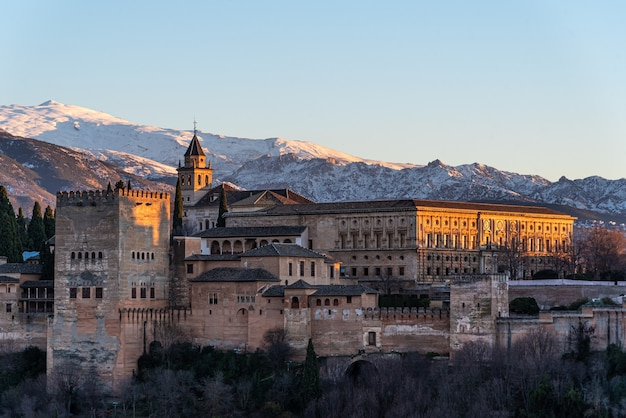 Widok arabskiej twierdzy alhambra wieczorem w granadzie, hiszpania
