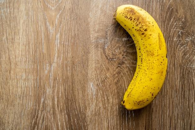 Widok banana na drewnianym tle