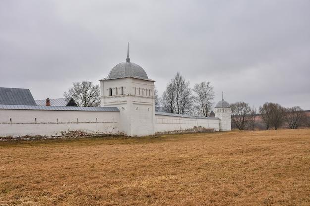 Widok białych ścian klasztoru wstawienniczego w suzdal