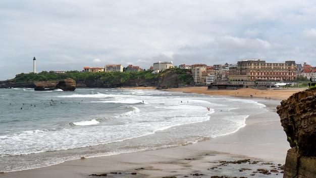 Widok biarritz plaża atlantyckim oceanem, francja