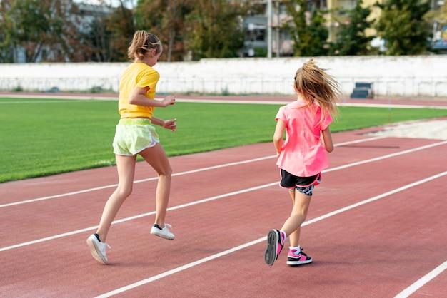 Widok biegających dziewcząt z tyłu