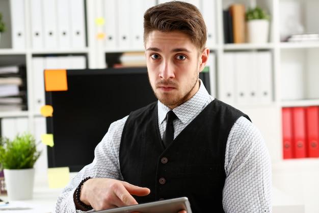 Widok biznesmen z tabletem w biurze