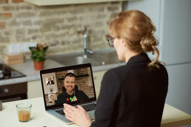 Widok bizneswomanu, który rozmawia z kolegami z tyłu