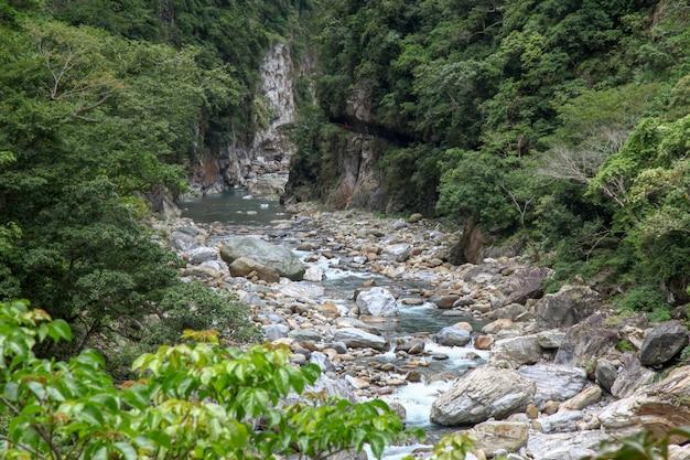 Widok błękitnej wody rzeka przy taroko parka narodowego krajobraz w hualien, taiwan.