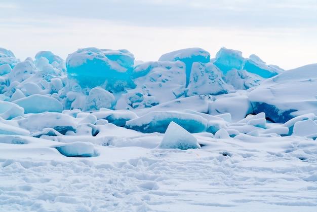 Widok bloków lodu pokrywają śniegiem w zamarzniętym jeziorze bajkał w rosji w sezonie zimowym.