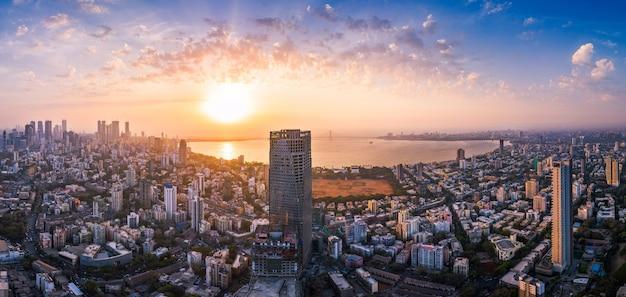 Widok bombaju pokazujący łącze bandra worli sea link w centrum przechodzące nad zatoką mahim z otaczającym ją miastem