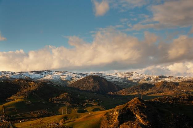 Widok boscorotondo góra przy zmierzchem, sicily