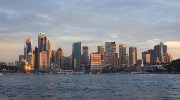 Widok budynki w mieście sydney podczas zmierzchu czasu