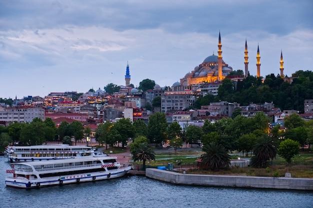 Widok budynków i łodzi wzdłuż bosforu w stambule, turcja