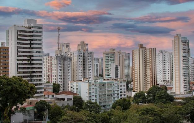 Widok budynków mieszkalnych w mieście salvador bahia brazylia.