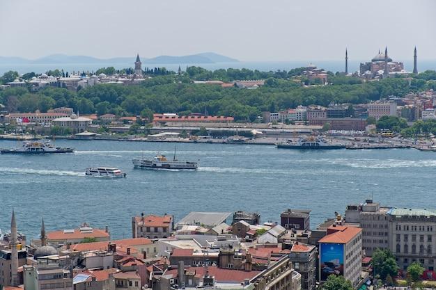 Widok budynków wzdłuż bosforu w stambule w turcji