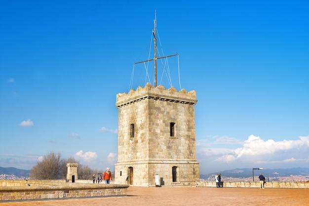 Widok castillo de montjuic na halnym montjuic w barcelona, hiszpania