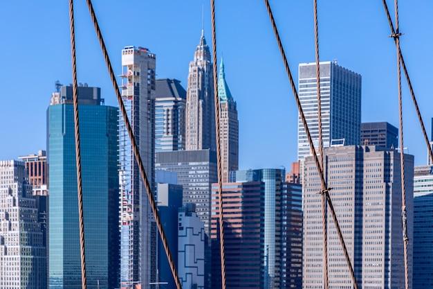 Widok centrum finansowego nowego jorku z selektywnej ostrości mostu brooklyn