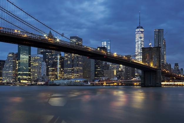 Widok centrum nowego jorku manhattan o zmierzchu z brooklyn bridge.