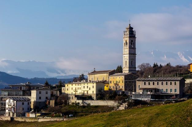 Widok cerna di sant'anna d'alfaedo z dzwonnicą starożytnego kościoła.