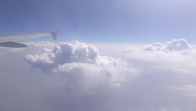 Widok chmur z okna samolotu.