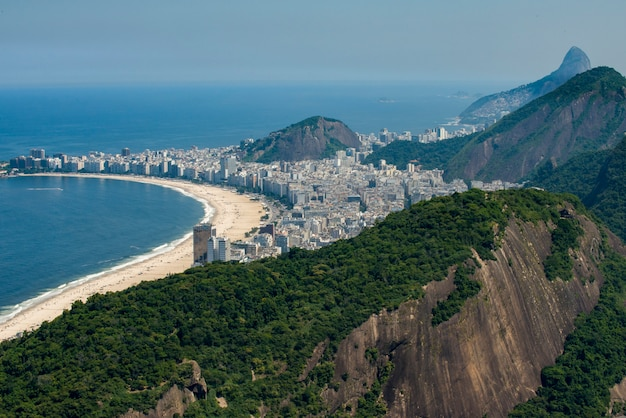 Widok copacabana i atlantycki las na przedpolu, rio de janeiro, brazylia