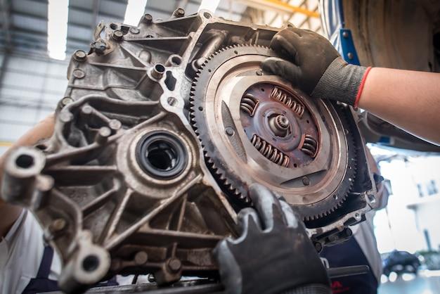 Widok części silnika, części silnika i koła zamachowego lub samochodu z kołem zamachowym ręczna praca mechanika samochodowego serwis samochodowy