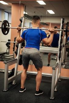 Widok człowieka na siłowni z tyłu