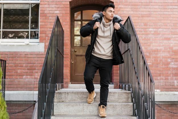 Widok człowieka schodzącego po schodach z przodu