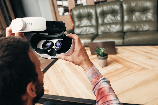 Widok człowieka w okularach wirtualnej rzeczywistości z tyłu.