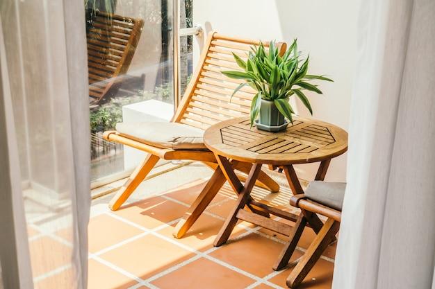 Widok dekoracji krzesła na tarasie domu