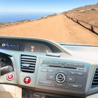 Widok deski rozdzielczej nowoczesnego samochodu z przyciskiem rozruchu silnika i kluczykami