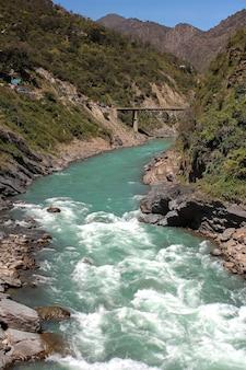 Widok devprayag uttarkhand indie i rzekę bhagirathi