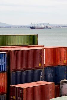 Widok doków kontenerów towarowych znajduje się w lizbonie, portugalia.