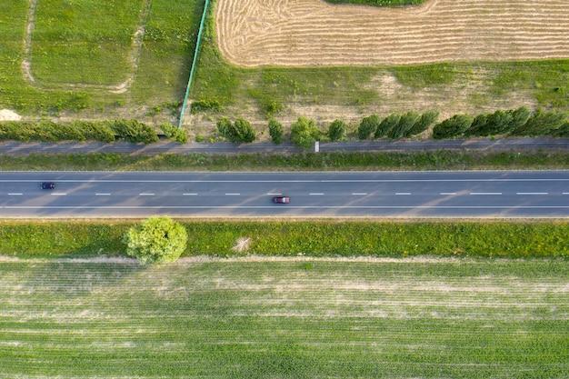 Widok drogi asfaltowej z góry strzelanie z drona