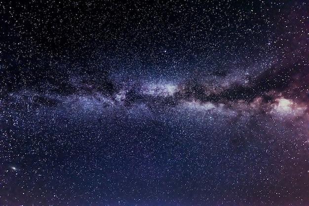 Widok drogi mlecznej z gwiazdami i galaktykami