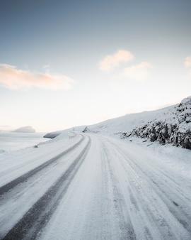 Widok drogi pokrytej śniegiem