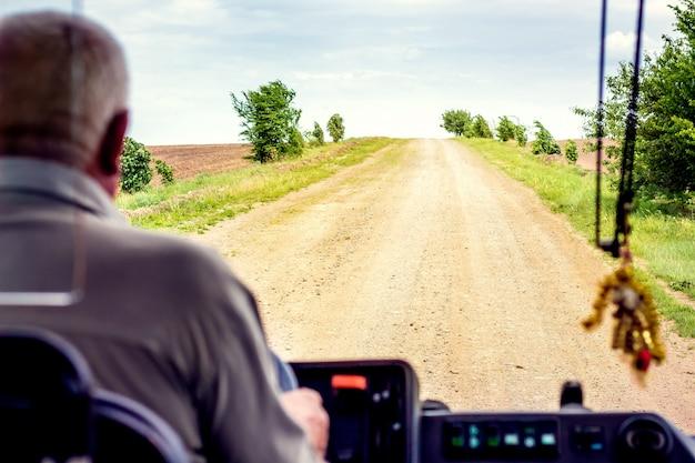 Widok drogi wiejskiej z okna autobusu