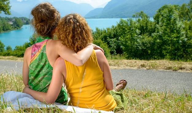 Widok dwóch lesbijek z tyłu w naturze