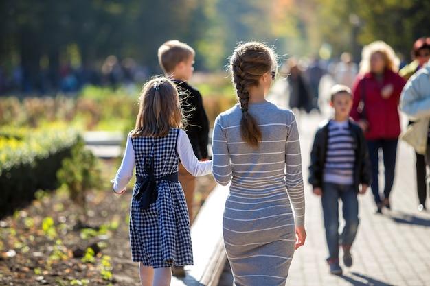 Widok dziecka dziewczynka i matka z tyłu