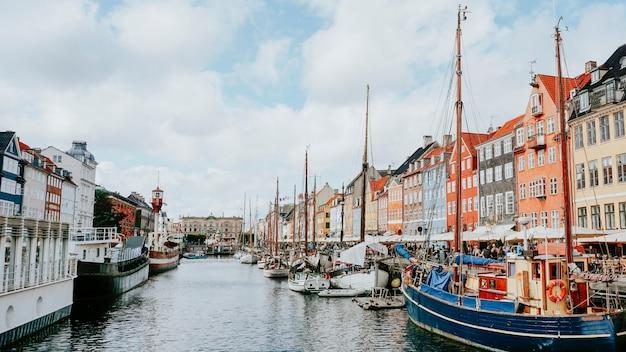 Widok dzielnicy nyhavn w kopenhadze, dania