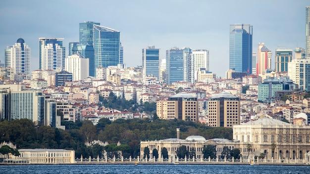Widok dzielnicy z mieszkalnymi i wysokimi nowoczesnymi budynkami w stambule, cieśnina bosfor na pierwszym planie, turcja
