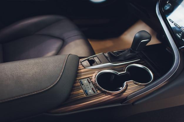 Widok dźwigni zmiany biegów z bliska. reczna skrzynia biegow. szczegóły wnętrza samochodu. przekładnia samochodowa. miękkie oświetlenie. widok abstrakcyjny.