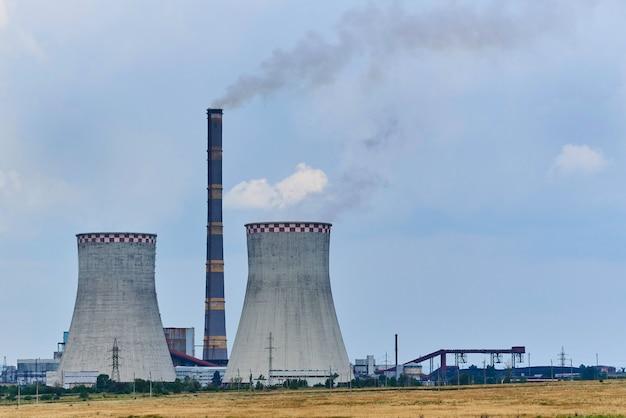 Widok elektrowni cieplnej na polu.