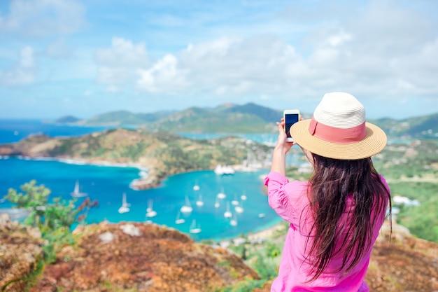 Widok english harbour od shirley heights, antigua, rajska zatoka na tropikalnej wyspie na morzu karaibskim
