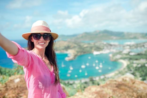 Widok english harbour z shirley heights, antigua, rajska zatoka na tropikalnej wyspie na morzu karaibskim