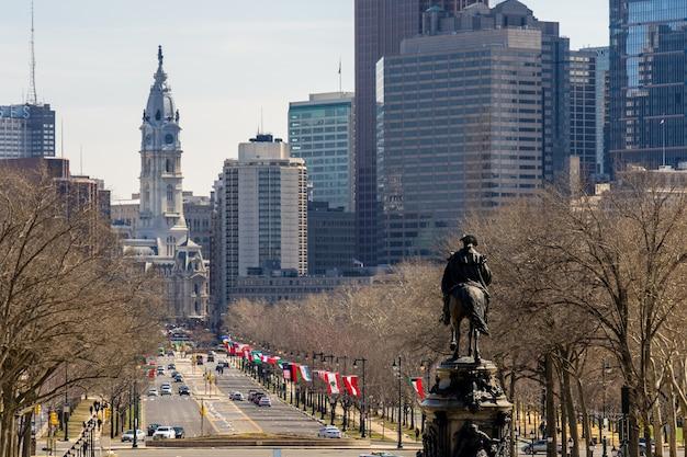Widok filadelfia miasto z filadelfia urzędem miasta w tle w słonecznym dniu