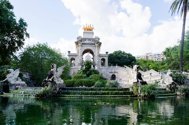 Widok fontanna parc de los angeles ciutadella w barcelona, hiszpania. parc de la ciutadella to park na północno-wschodnim krańcu ciutat vella, barcelona, katalonia.