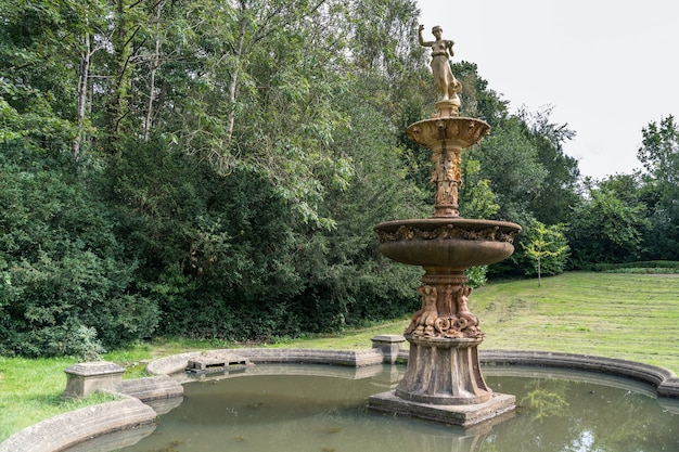 Widok fontanny w dunloran park tunbridge wells kent