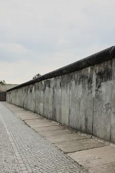 Widok fragmentu oryginalnego, wschodnio-zachodniego muru berlińskiego, będącego częścią pomnika muru berlińskiego